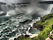 Niagáry – podkova – Pohled na největší vodopád Niagár – Podkovu, které dosahují výšky 52 metrů. Převážná část Podkovy leží na území Kanady.