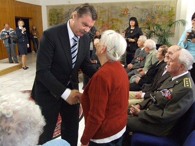 Konzul Ruské federace v Brně, Valerij Vladimirovič Jergačev, předal jubilejní ruskou medaili také Marii Krumlové z Vojnova Městce. Medailí bylo celkem dvacet osm.