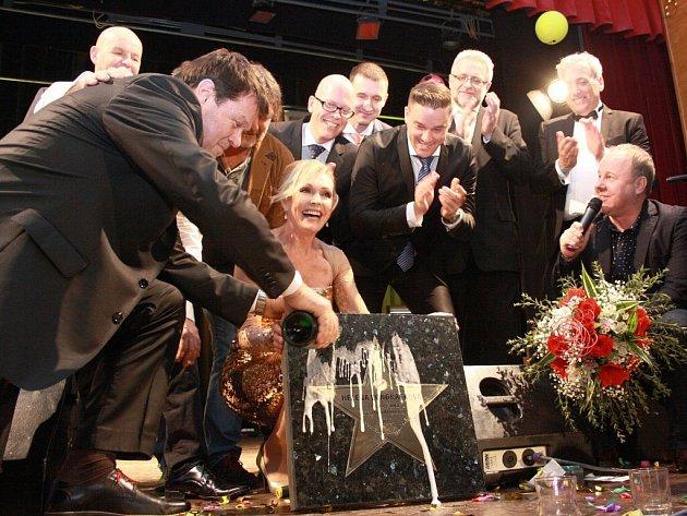 Helena Vondráčková měla obrovský úspěch na Sportovním plese ve Velké Bíteši. Třešničkou na dortu jejího vystoupení byla hvězda s jejím jménem do chodníku slávy, kterou pokřtil hoteliér Jiří Rauš (vlevo).