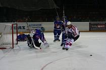 VRCHOL JE TADY. Hokejisté Žďáru (v bílém Martin Sobotka) Světlou nad Sázavou v základní části třikrát pokořili. Porážku od ní vytrpěli pouze jednou.