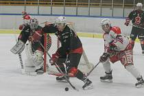 Hokejisté Žďáru nad Sázavou (v černém) v lednu nepřivezli z ledu svých soupeřů ani bod. Čtvrtá venkovní prohra přišla v sobotu v Pelhřimově (v bílém), který se radoval ze zasloužené výhry 5:3.