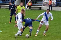 V sobotním záchranářském souboji mezi fotbalisty Nového Města na Moravě (v modrém) a Frýdku-Místku (v bílém) se diváci branky nedočkali.