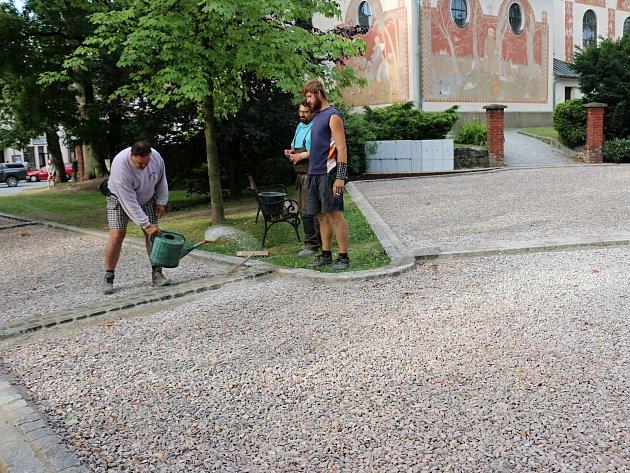 Na Vratislavově náměstí finišují práce na opravách chodníků