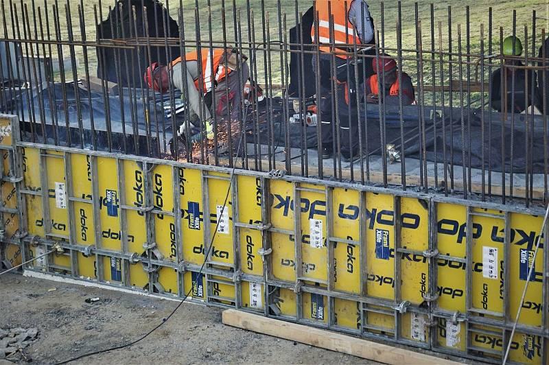 Na začátku stavby se dělníci museli vyrovnat s určitými komplikacemi.