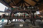 Unikátní pohyblivý stroj s dvaasedmdesáti malovanými figurkami - Mlejnek z Víru - znovu otevřel turistickou sezonu.