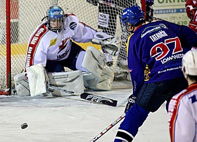 Útočník Valašského Meziříčí Ondřej Tatarčík pálí na žďárského gólmana Robina Blažíčka v zápase druhé hokejové ligy. Favorizovaní hosté si nakonec odvezli všechny tři body, Žďár v závěru zkolaboval.