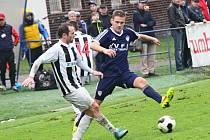 Fotbalisté Žďáru (v pruhovaných dresech) i Vrchoviny ve 14. kole čekali na gól marně. Oba týmy si připsaly vysokou porážku 3:0.