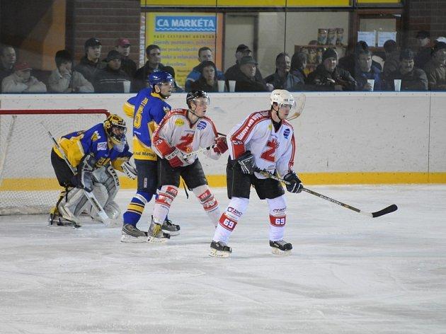 . Hokejisté Žďáru (ve světlém) se ve čtvrtek představí v Pelhřimově.