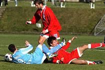 Fotbalisté Velkého Meziříčí (v červených dresech) zakončili podzimní sezonu vítězstvím nad lídrem tabulky. Šardice udolali 1:0.
