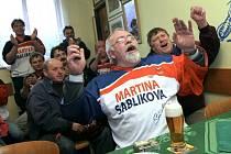 Věrní fanoušci Martiny Sáblíkové ze Studnice u Hlinska sledovali její olympijský závod na 5000 metrů v místním hostinci. Sem chodí na pivo i trenér závodnice Petr Novák.