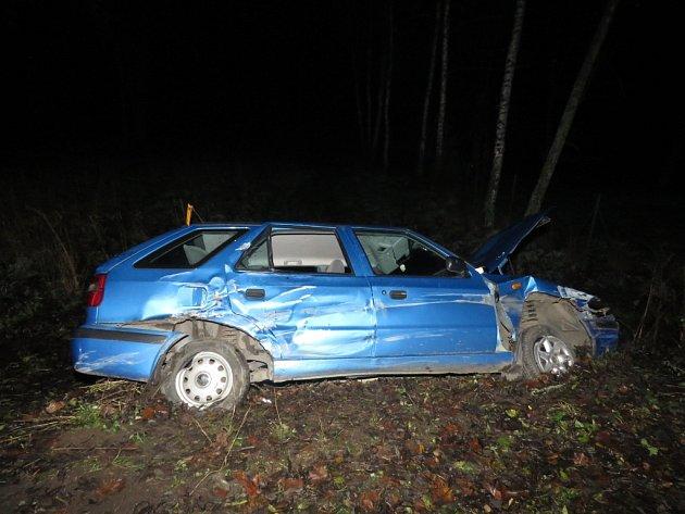 Škoda Felicia u Nového Jimramova vyjela ze silnice a narazila do stromu.