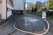 Úklidová firma odstraňuje bahno v novoměstské nemocnici.