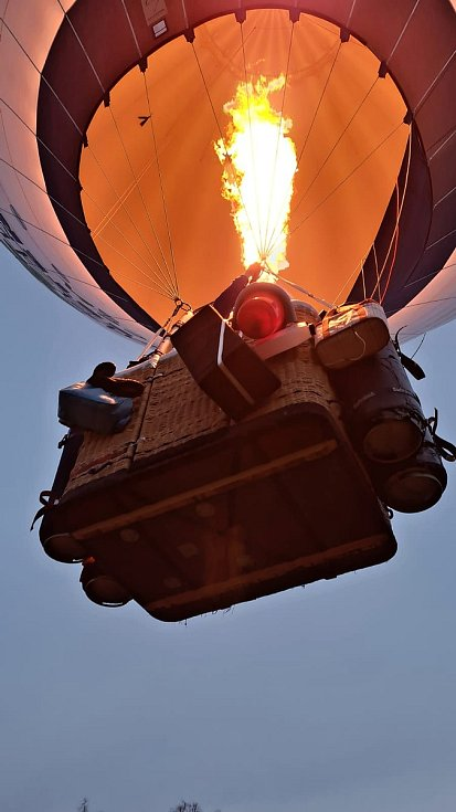 Piloti horkovzdušného balónu Petr Kubíček a Tomáš Hora se společně vydali na cestu dlouhou 503 kilometrů. Startovali v Radešíně na Žďársku a mířili do Rakouska.
