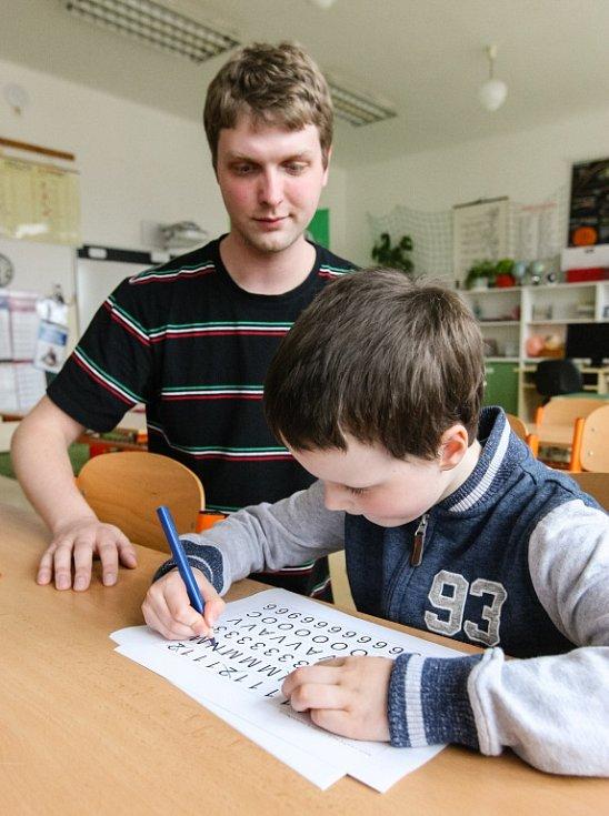 Zápisy do prvních tříd základních škol se letos všude v Česku konají teprve v dubnu, později než v předchozích letech.