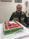 Tenisté nezapomněli ani na svého nestora Karla Petroše, kterému předali dort k životnímu jubileu.