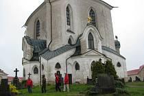 Většina návštěvníků Zelené hory dala v neděli dopoledne přednost některé ze mší v poutním kostele svatého Jana Nepomuckého, méně si jich v drobném dešti prohlíželo exteriér památky zapsané na seznamu UNESCO.