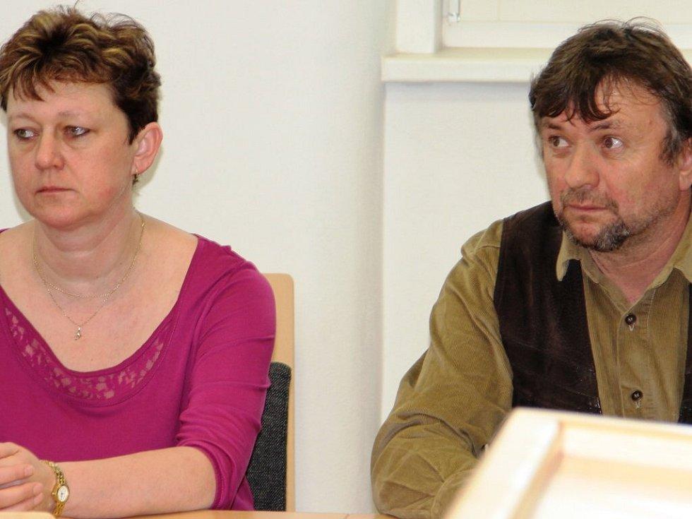 Olga Němcová a Bohumír Palas včera u jihlavského okresního soudu usedli na lavici obžalovaných kvůli tragické nehodě na železničním přejezdu v Třešti.