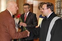 Osvědčení o úspěšné dokončení studia obdržel i Karel Nachtnebl (na snímku vlevo).