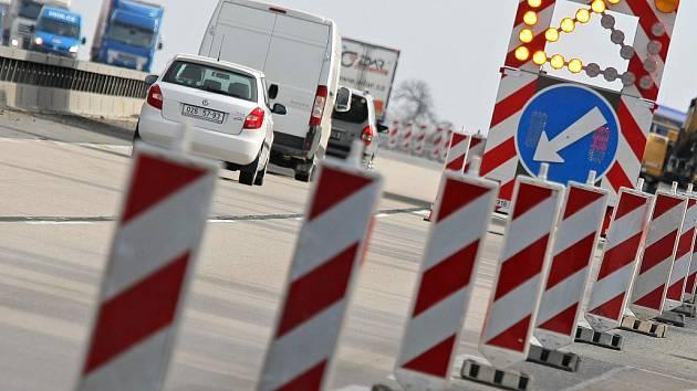 Na devítikilometrovém úseku dálnice mezi Lhotkou a Velkou Bíteší na Žďársku pokračují práce na opravách už od 5. března. Při kolonách na dálnici řidiči sjíždějí na silnici II/602 vedoucí přes Velké Meziříčí.