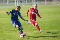 Na podzim fotbalisté Velkého Meziříčí (v červeném) doma podlehli béčku Jihlavy (v modrém) vysoko 0:5. Dočkají se na jaře možnosti odvety?