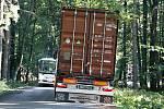 Objízdná trasa z Moravce do Strážku je adrenalinovou tratí pro řidiče velkých aut a autobusů.