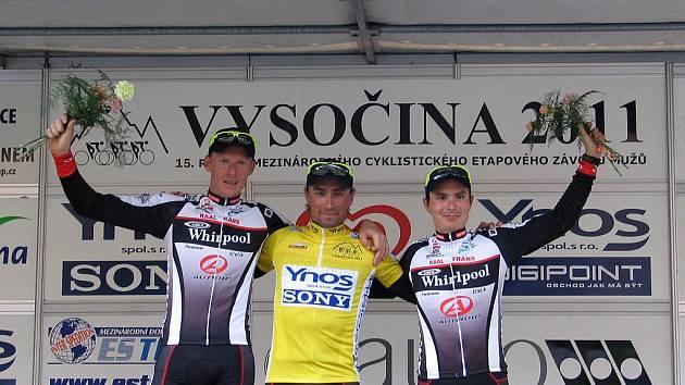 Cyklistický závod Vysočina 2011 vyhrál Tomáš Bucháček (uprostřed).
