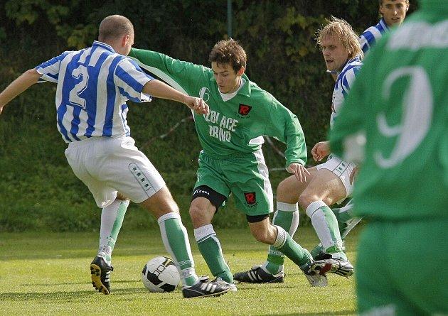 Fotbalisté Rapotic (v zeleném) v Bohdalově sice vedli. Domácí jim ovšem poté nasázeli tři branky.