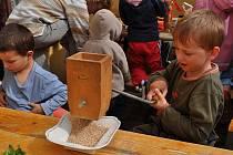 Děti si budou moci tuto sobotu v Krátké upéct chlebovou placku z vlastnoručně umleté mouky.
