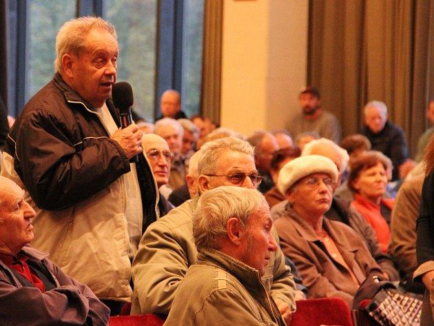 Pro odpovědi projektantů a zástupců města k územnímu plánu si přišlo asi dvě stě obyvatel Žďáru.
