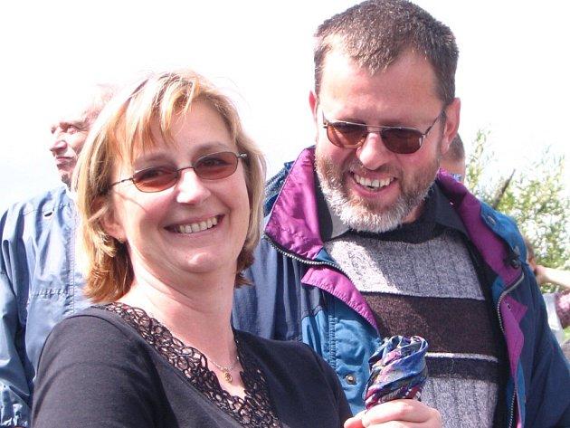 Ve Věcově mají zásluhou manželů Kadeřávkových novou kapličku. Vysvětil ji otec Jakub Holík z jimramovské farnosti.