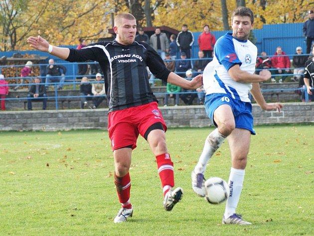 Do základní sestavy Vrchoviny se v prvním domácím zápase s Líšní vrátí Tomáš Dvořáček (vlevo). Kvalitní stoper přichází do Nového Města na další půlroční hostování z Chrudimi.