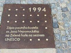 V časové ose mezi morovým sloupem a Starou radnicí je nyní sedm bronzových dlaždic s letopočty významných událostí v historii Žďáru.