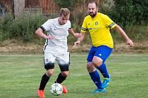 Fotbalisté Počítek (v bílém) doma v nedělním okresním derby Nedvědici zdolali 5:1.