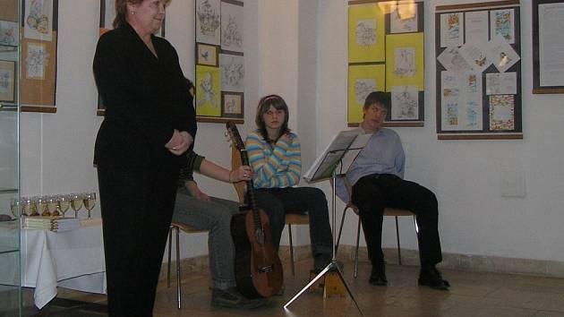 Ředitelka žďárské knihovny Danuše Štefková při zahájení křtu knihy učitele Františka Mokrého, žďárského rodáka, s názvem Osobnosti.