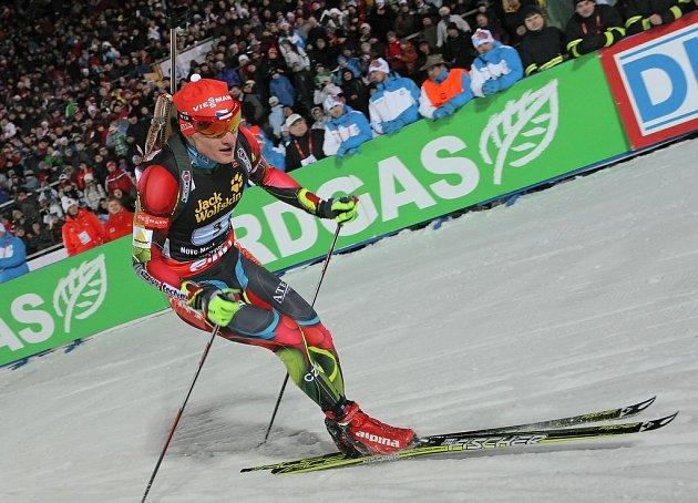 První závod MS v biatlonu v Novém Městě na Moravě. Ondřej Moravec před tribunami na stadionu.