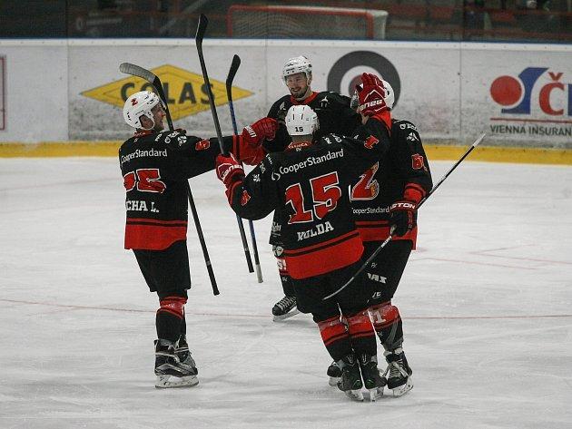 Hokejisté Žďáru se na ledě českobudějovického David Servisu v sobotu radovali z výhry 6:4.