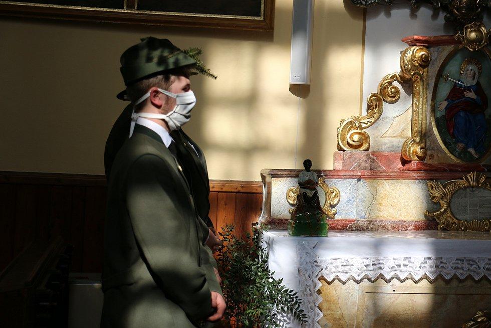 Smuteční obřad je v době pandemie dvakrát smutný.