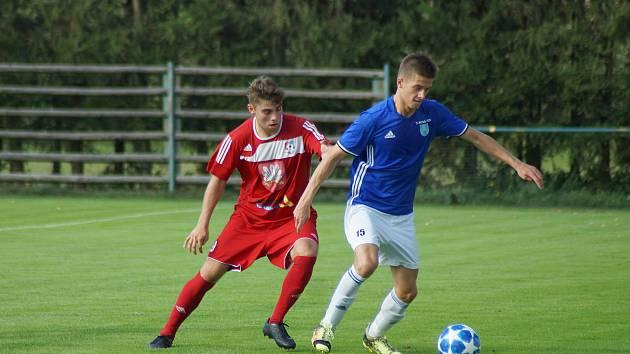 Jediný vzájemný duel fotbalistů Nové Vsi (v modrém dresu útočník Ondřej Starý) a rezervy Velkého Meziříčí v loňském ročníku krajského přeboru nabídl velice atraktivní podívanou.