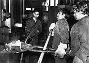 Z historie bývalého strojírenského učiliště (dnes pracoviště Strojírenská žďárské VOŠ a SPŠ) - žáci učebního oboru kovář při obsluze kovacího lisu.