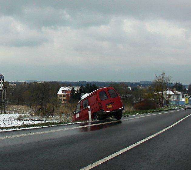 Náledí trápí ráno ve středu 19. dubna řidiče na Žďársku. Silnice v okrese Žďár nad Sázavou jsou po nočním sněžení kluzké.