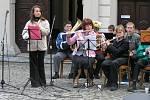 Koncert hudebního souboru před novoměstským zámkem.