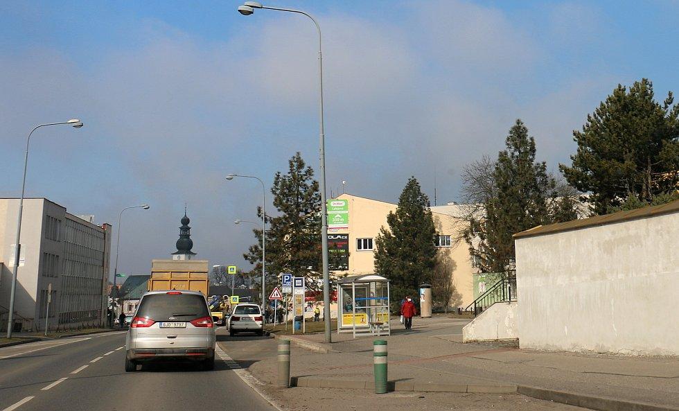Poloprázdné silnice a lidé v ulicích s respirátory. Žďárané se snaží vládní nařízení dodržovat.