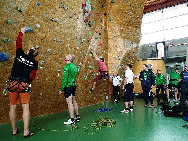 Členové novoměstského horolezeckého oddílu zasvěcovali před nedávnem v Bystřici nad Pernštejnem do tajů lezení fotbalisty z Brtnice.