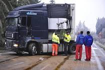 Přes šest hodin byla uzavřena kvůli havarovanému kamionu silnice II/602 u Řehořova na Jihlavsku (na snímku).