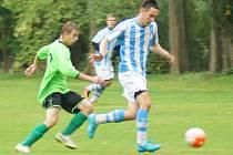 Fotbalisté Dolní Rožínky (v zeleném) v neděli prohrávali s Křižanovem již 1:4, třemi góly však dokázali vyrovnat.