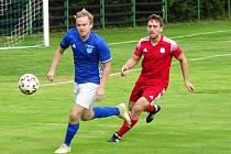 Ve třetím kole letošního ročníku krajského přeboru si fotbalisté Nové Vsi (v modrých dresech) a HFK Třebíč (v červeném) body po remíze 2:2 rozdělili.