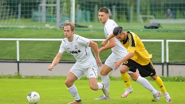 Ve třináctém divizním kole se fotbalisté FC Žďas Žďár (v bílém) v neděli představí na hřišti krajského rivala ze Staré Říše. Ve stejný vyběhnou ke svému zápasu také hráči Ždírce (ve žlutých dresech), kteří hostují v Tasovicích.