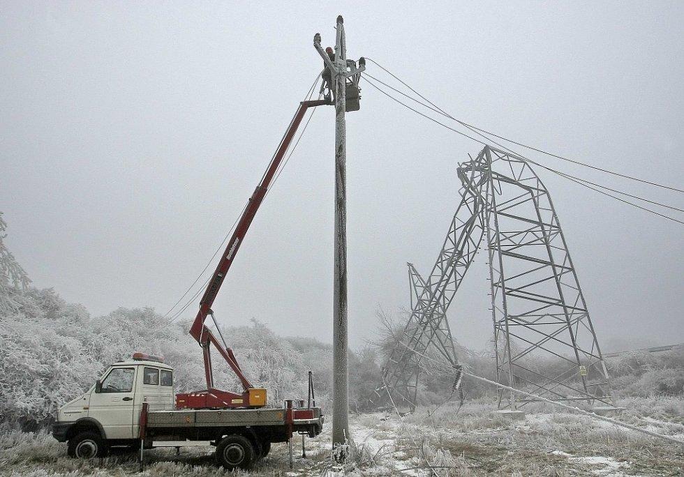 Při havárii spadlo poblíž Velkého Meziříčí 13 stožárů.