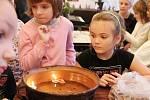 Sobotní program zahájilo vystoupení Tisíc andělů. V městském divadle zazpívali žáci žďárské základní školy Švermova. O první divadelní představení se postaralo Divadlo KUFR. Adéla Kratochvílová a Dáša Trávníková sehrály Vánoční hru aneb co andělé zvěstova