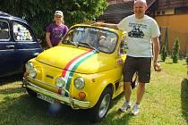 Marek Stránský z Liberce přijel do Svratky svým Fiatem 500 z roku 1971. Na snímku je i s desetiletou dcerou Karolínou, která mu s montováním aut také pomáhá.